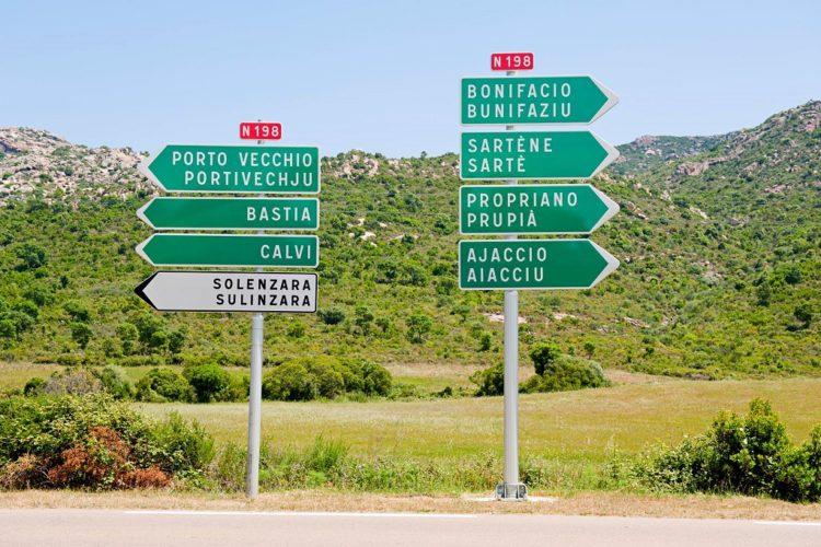 Direzione sulle strade della Corsica